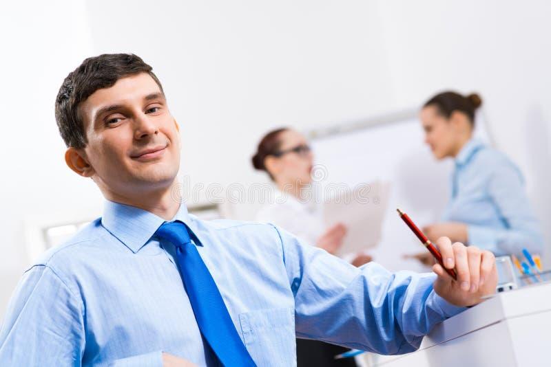 Ritratto di un uomo d'affari in una camicia blu immagine stock