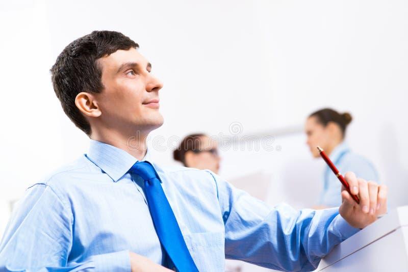 Ritratto di un uomo d'affari in una camicia blu immagini stock libere da diritti