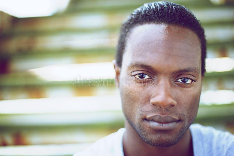 Ritratto di un uomo di colore bello che esamina macchina fotografica fotografia stock