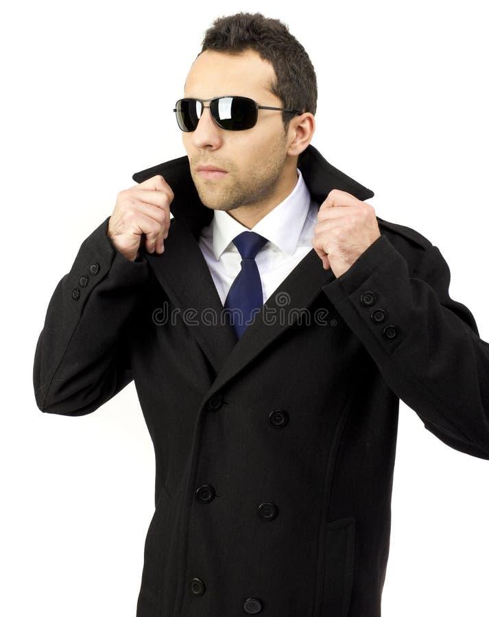 Ritratto di un uomo diritto serio con gli occhiali da sole immagine stock libera da diritti
