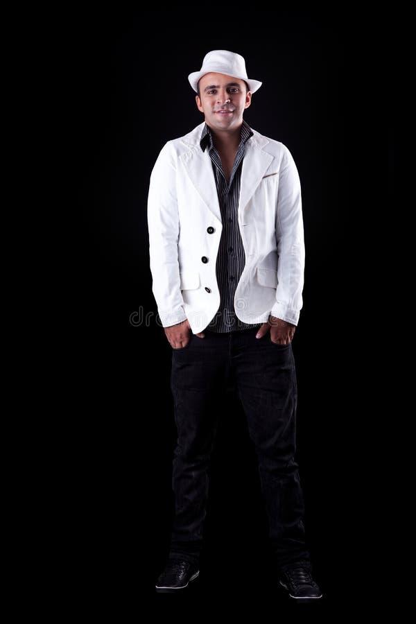 Ritratto di un uomo felice con il suoi cappello/cappotto bianchi fotografia stock