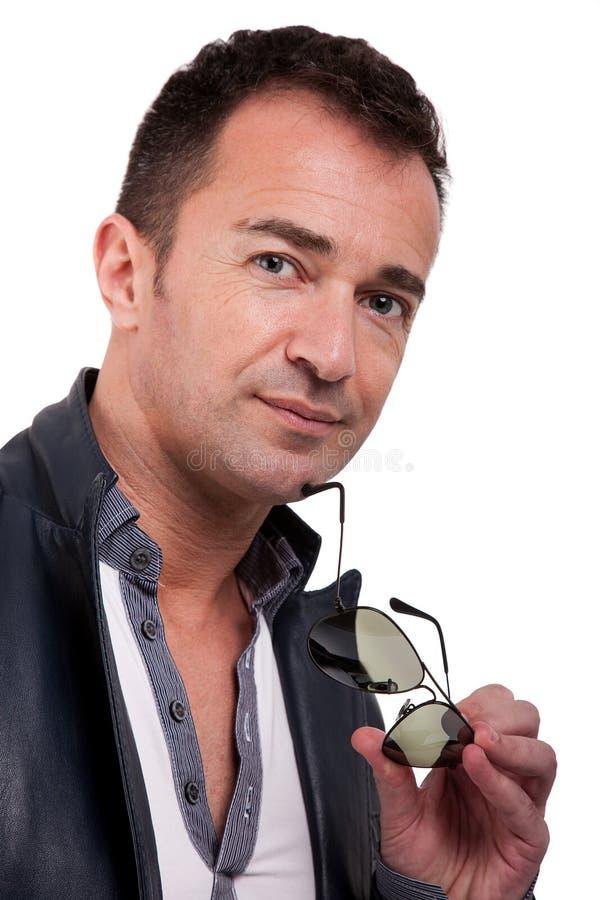 Ritratto di un uomo maturo bello con i vetri di sole fotografia stock libera da diritti