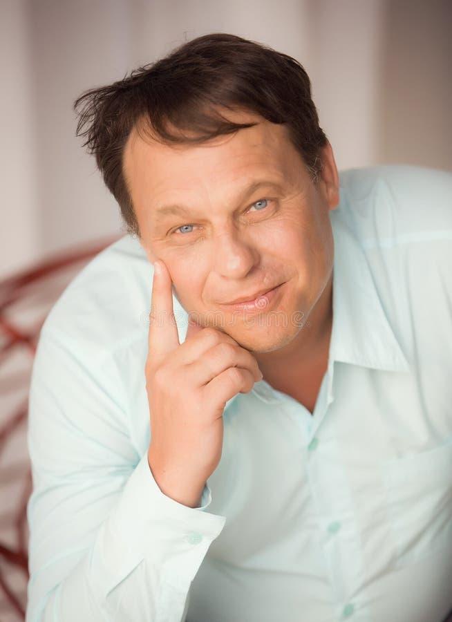 Ritratto di un uomo positivo premuroso in una camicia blu fotografia stock