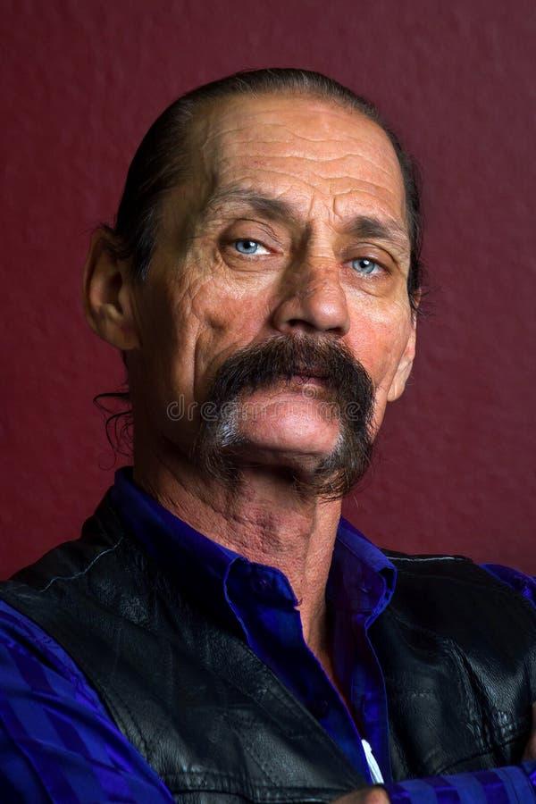 Ritratto di un uomo ruvido e distinto con i baffi spessi fotografie stock libere da diritti