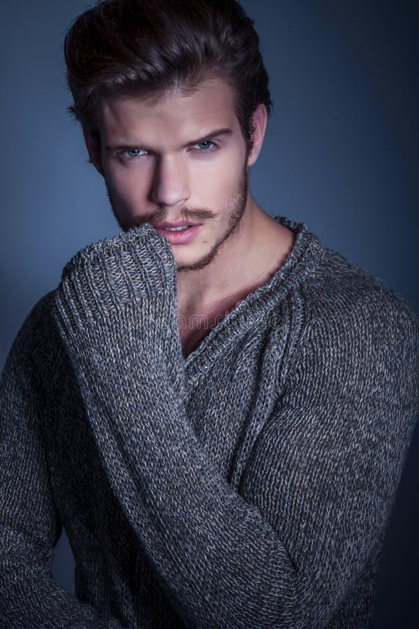 Ritratto di un uomo sexy in maglione caldo fotografie stock
