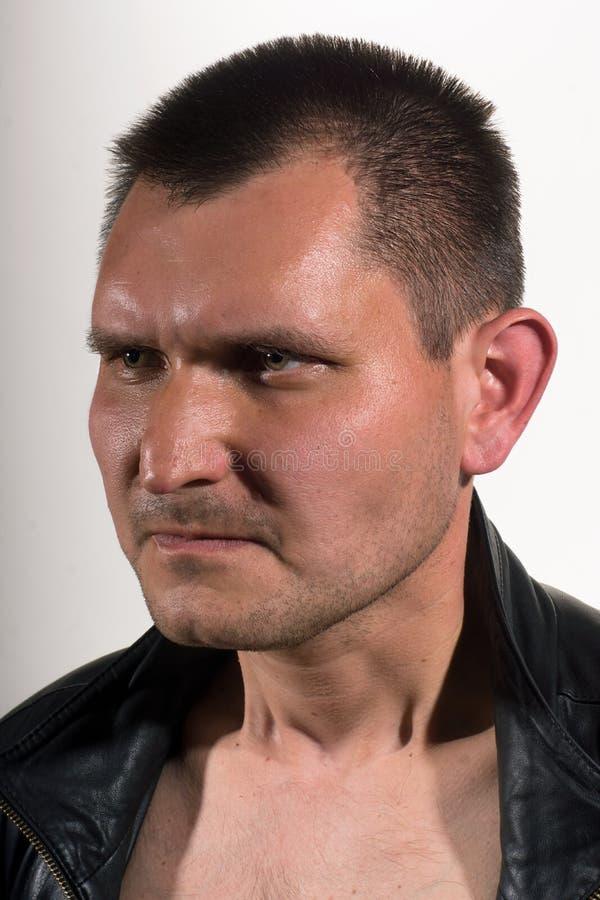 Ritratto di un uomo su un fondo leggero immagini stock libere da diritti