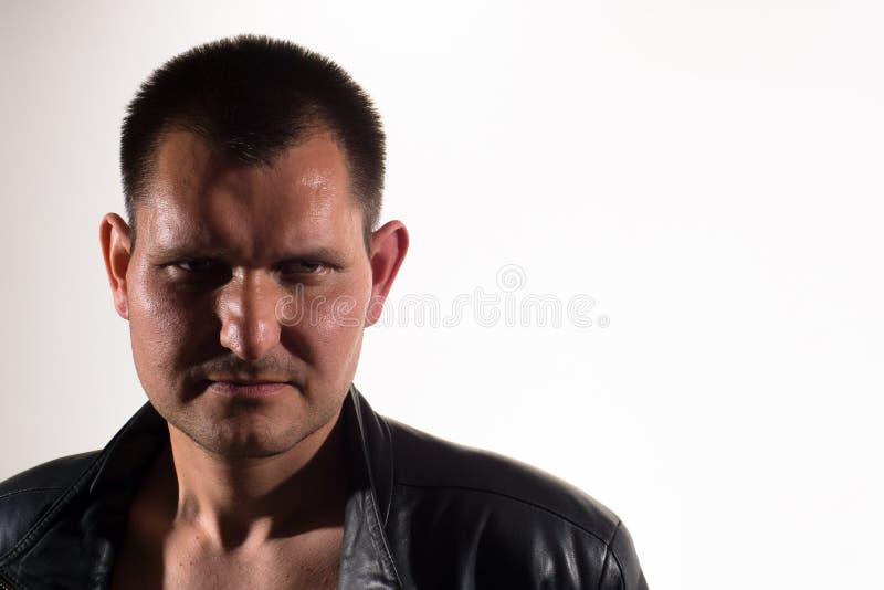 Ritratto di un uomo su un fondo leggero fotografia stock libera da diritti