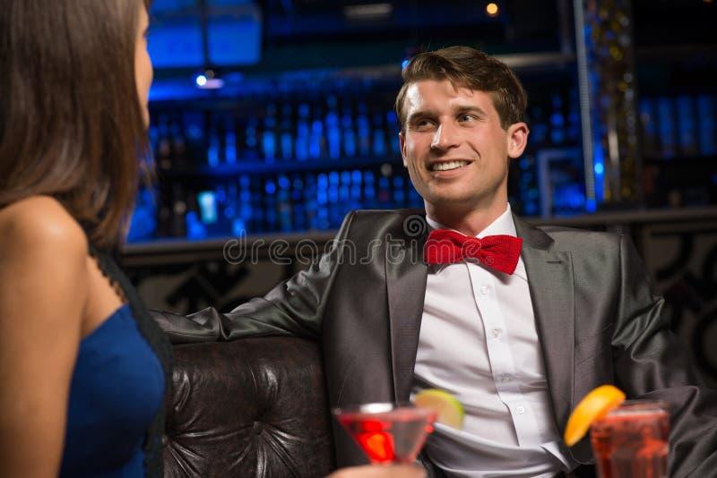 Ritratto di un uomo in un night-club immagini stock