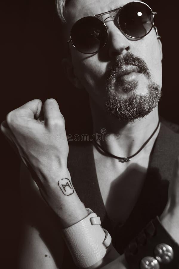 Ritratto di un uso dell'uomo occhiali da sole immagini stock libere da diritti