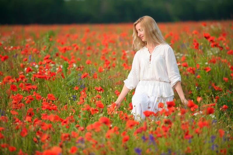 Ritratto di un vestito bianco d'uso dalla bella giovane donna in un blo immagine stock