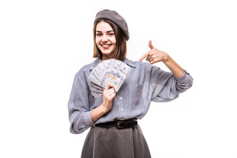 Ritratto di un womanl soddisfatto con il dito del berretto al mazzo di banconote e di sbattere le palpebre dei soldi isolate sopr immagine stock libera da diritti