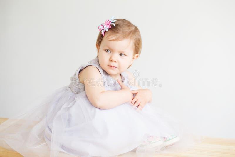Ritratto di una bambina adorabile che porta vestito grigio elegante fotografia stock