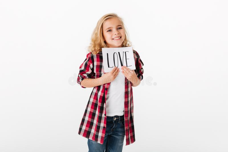 Ritratto di una bambina allegra che mostra foglio di carta fotografia stock
