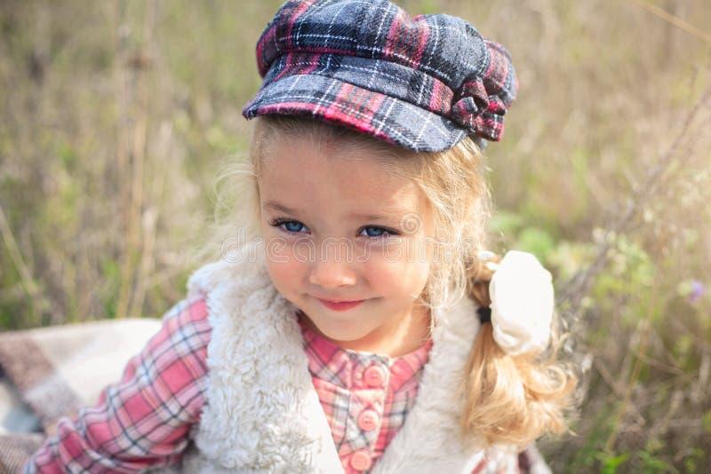 Ritratto di una bambina allegra sveglia su una natura immagini stock