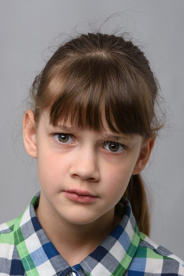 Ritratto di una bambina di 10 anni di apparenza europea perplessa, da vicino immagini stock