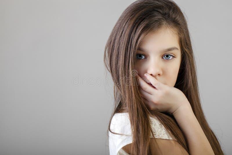 Ritratto di una bambina castana affascinante immagini stock libere da diritti