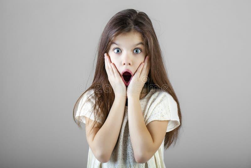 Ritratto di una bambina castana affascinante immagine stock