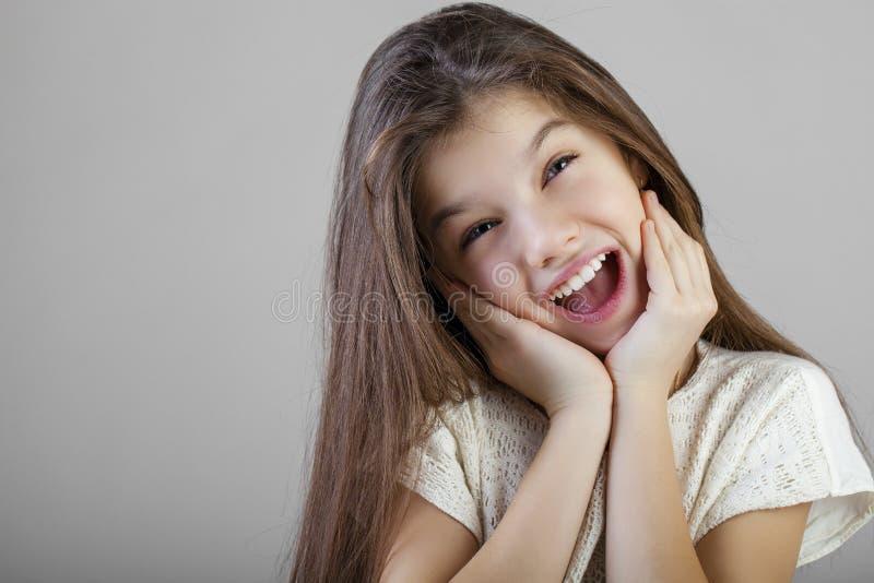 Ritratto di una bambina castana affascinante fotografie stock libere da diritti