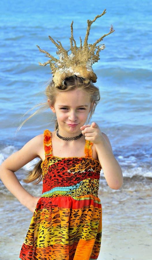 Ritratto di una bambina con una corona di corallo sulla sua testa immagine stock