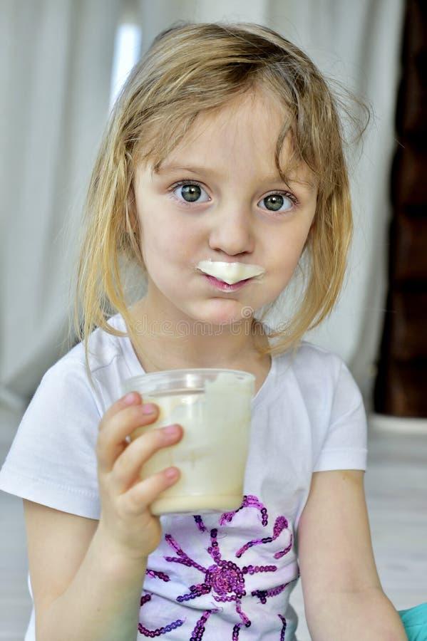 Ritratto di una bambina con i baffi del latte fotografia stock libera da diritti