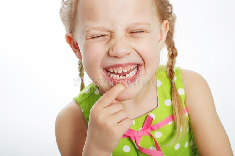 Ritratto di una bambina divertente senza un dente anteriore immagini stock