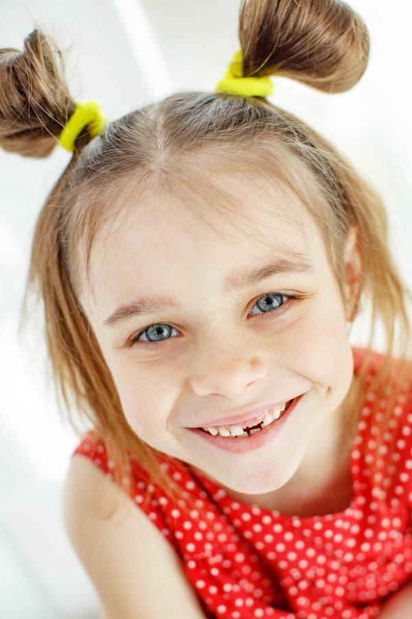 Ritratto di una bambina divertente senza un dente anteriore fotografia stock libera da diritti