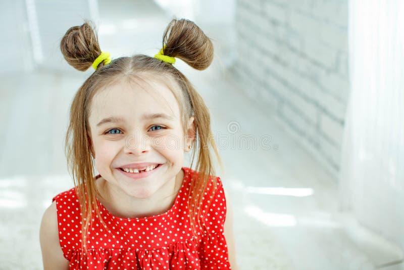 Ritratto di una bambina divertente senza un dente anteriore immagine stock