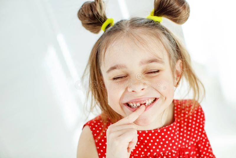 Ritratto di una bambina divertente senza un dente anteriore immagine stock libera da diritti