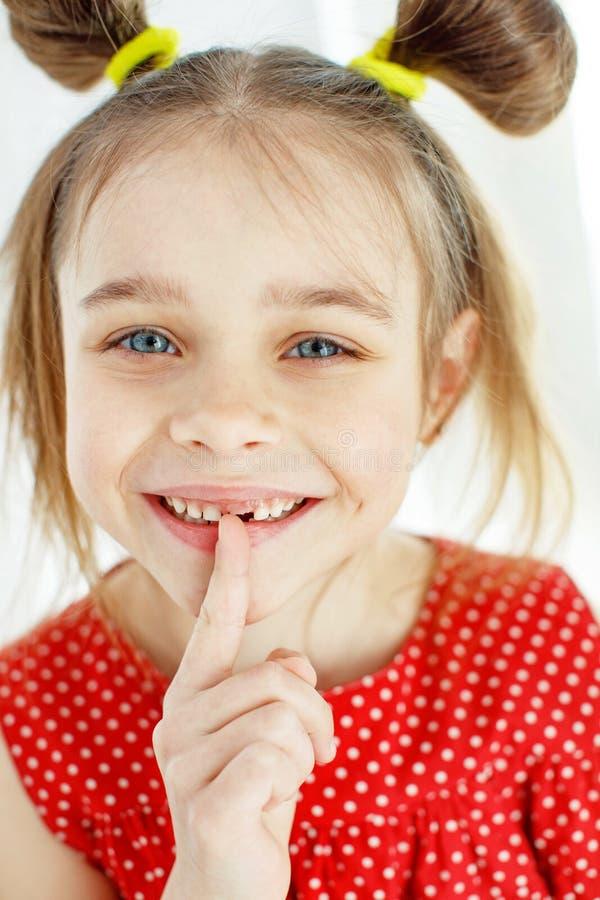 Ritratto di una bambina divertente senza un dente anteriore immagini stock libere da diritti