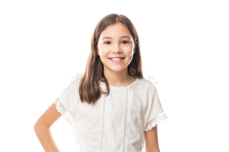 Ritratto di una bambina felice sopra fondo bianco fotografia stock libera da diritti