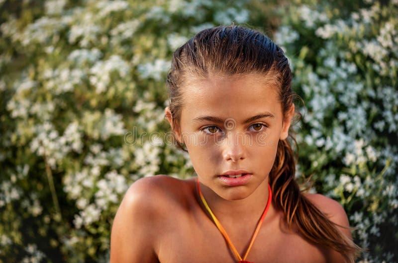 Ritratto di una bambina nei cespugli fotografia stock libera da diritti