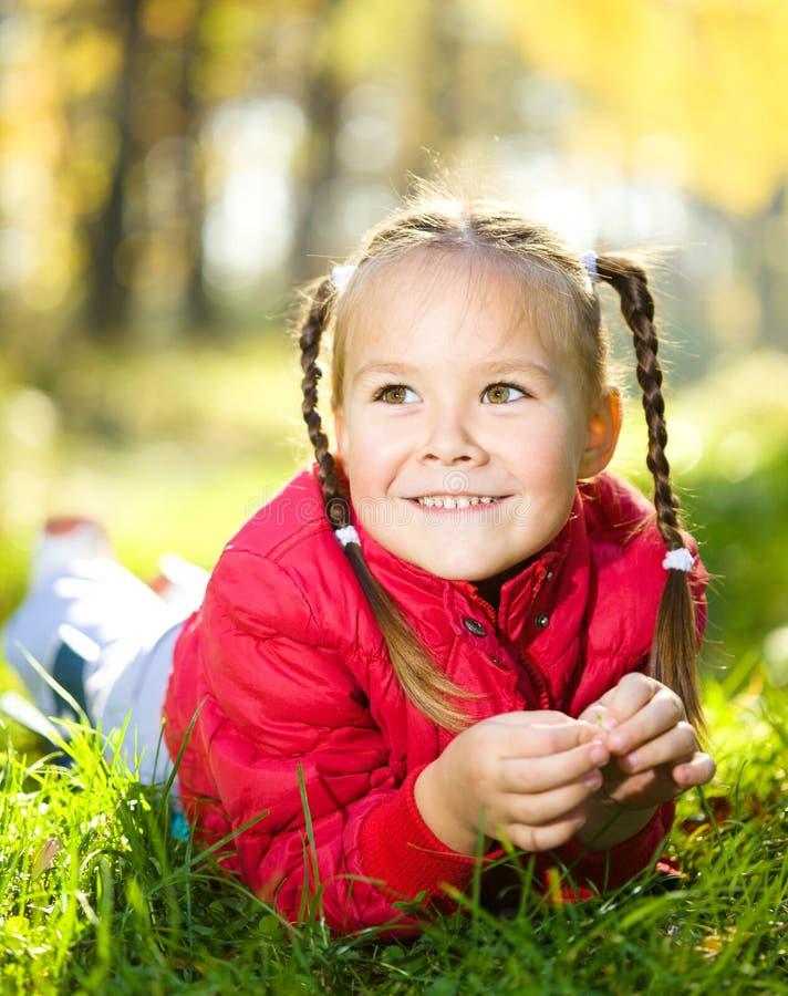 Ritratto di una bambina nella sosta di autunno immagine stock libera da diritti