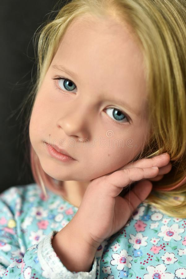 Ritratto di una bambina romantica su un fondo scuro fotografia stock libera da diritti