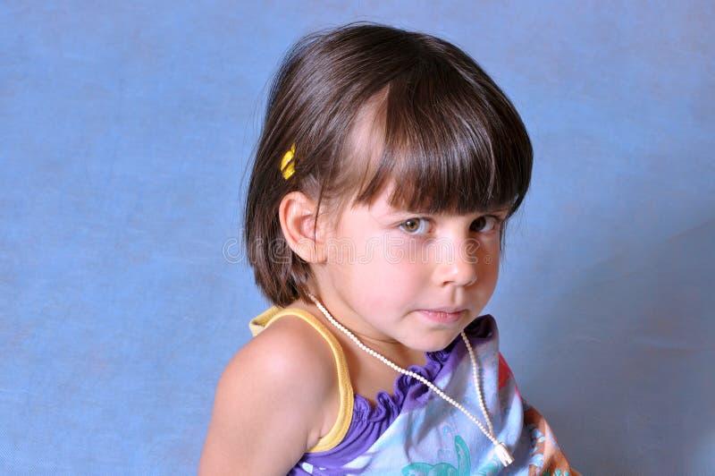Ritratto di una bambina seria fotografia stock libera da diritti