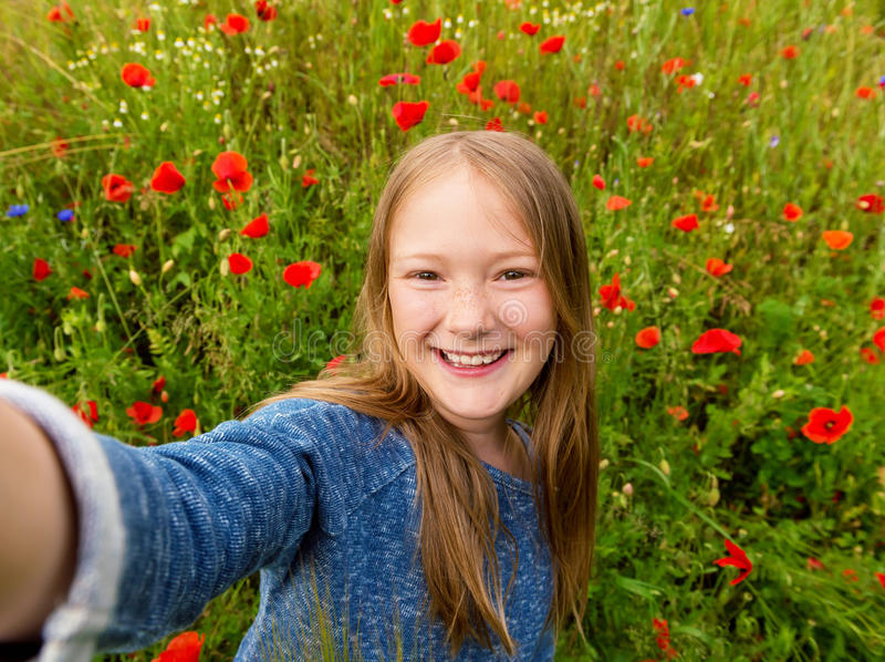 Ritratto di una bambina sveglia fotografie stock libere da diritti