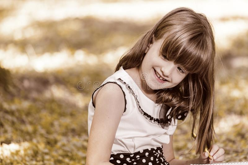Ritratto di una bambina sveglia nel parco fotografia stock