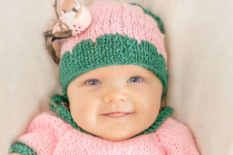 Ritratto di una bambina in un cappello rosa fotografia stock libera da diritti