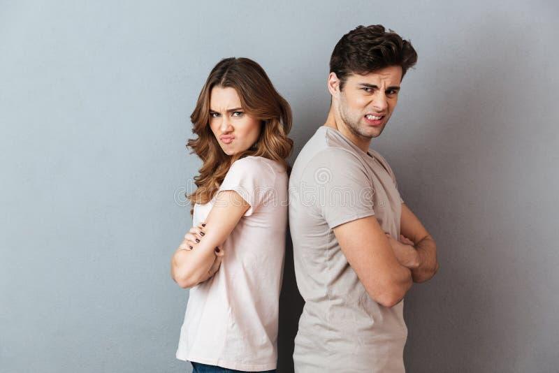 Ritratto di una coppia arrabbiata che sta di nuovo alla parte posteriore fotografie stock