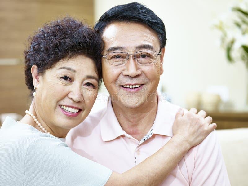 Ritratto di una coppia asiatica senior felice fotografia stock