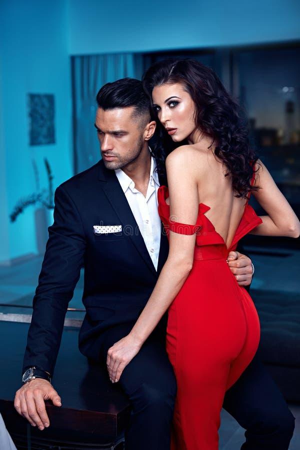 Ritratto di una coppia elegante in un posto lussuoso immagini stock libere da diritti