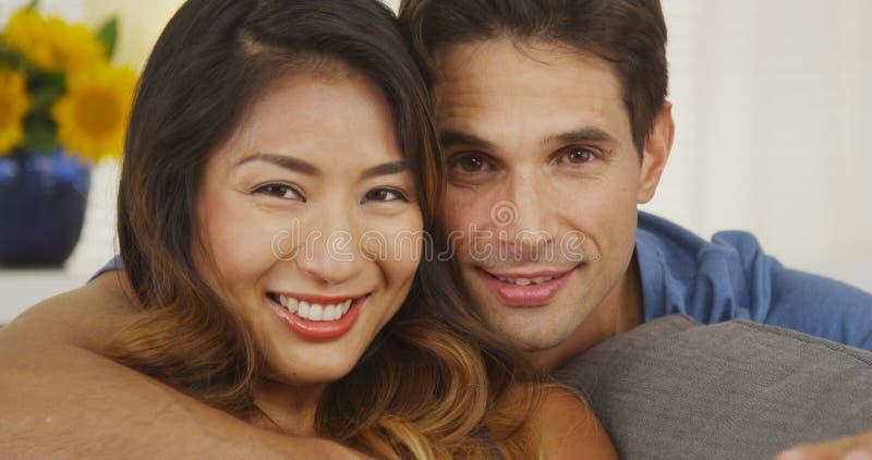 Ritratto di una coppia felice della corsa mista fotografie stock libere da diritti