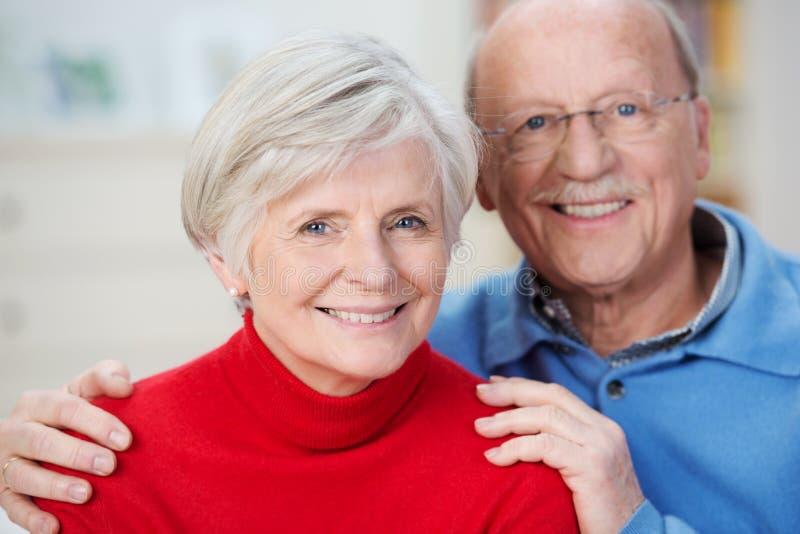 Ritratto di una coppia senior felice attraente immagini stock libere da diritti