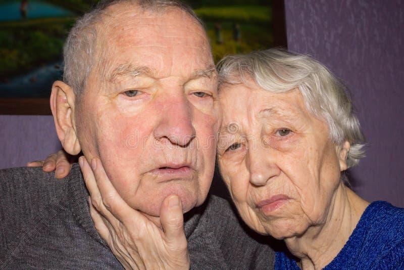 Ritratto di una coppia triste dell'anziano a casa immagine stock libera da diritti