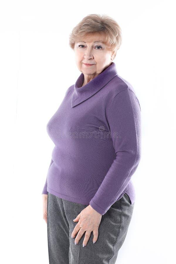 Ritratto di una donna anziana Isolato su priorit? bassa bianca fotografie stock