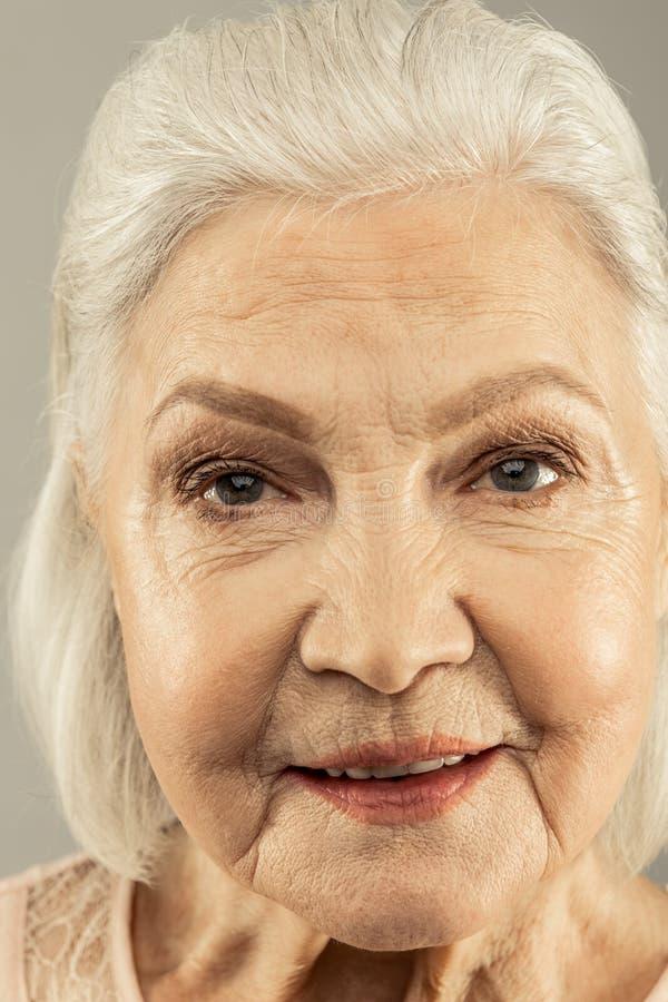 Ritratto di una donna anziana piacevole piacevole fotografia stock
