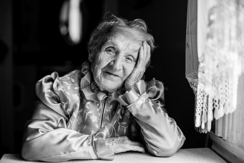 Donna anziana in vestito immagine stock. Immagine di donna ...