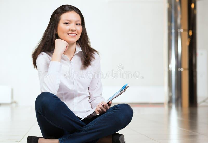 Ritratto di una donna attraente immagini stock libere da diritti