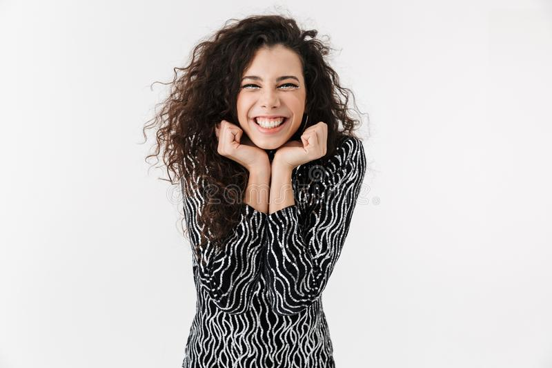 Ritratto di una donna attraente allegra che indossa i vestiti luminosi fotografie stock libere da diritti