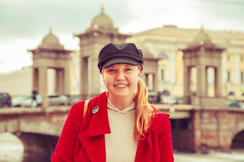Ritratto di una donna attraente in un cappotto rosso fotografie stock libere da diritti