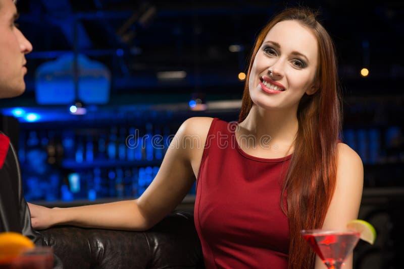Ritratto di una donna attraente in un night-club immagine stock libera da diritti
